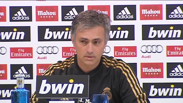 madrid 17 jan ahead of wednesday's clásico against fc barcelona real madrid manager josé mourinho defended forward cristiano ronaldo when asked about... - ジョゼ・モウリーニョ点の映像素材/bロール