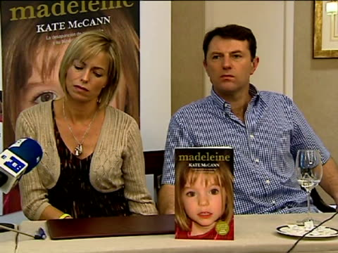 madrid, 20 oct , .- madeleine mccann's parents, kate and gerry, presented their book in madrid on wednesday about the disappearance of their daughter... - kate mccann stock-videos und b-roll-filmmaterial