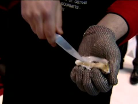 madrid, 7 mar .- six oyster openers compete at the madrid gourmet fair on a speed competition. the competitors had to open 30 oysters in the shortest... - 30 seconds or greater stock-videos und b-roll-filmmaterial