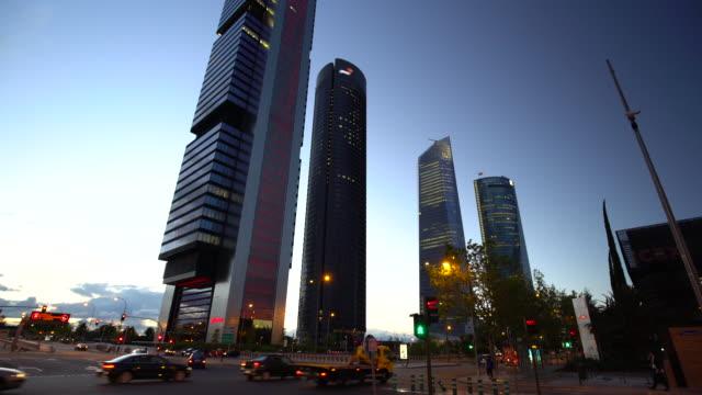 vídeos y material grabado en eventos de stock de distrito de negocios de madrid al atardecer - zona financiera