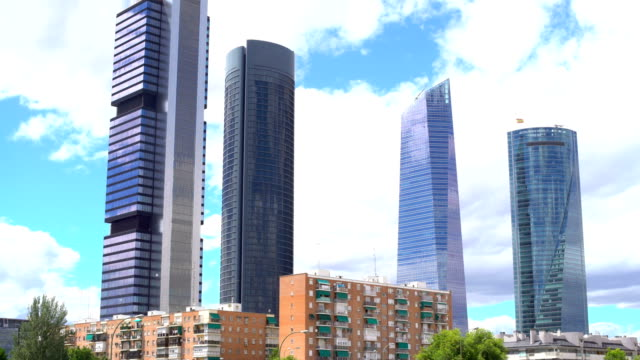 vídeos y material grabado en eventos de stock de distrito financiero de madrid con cuatro rascacielos, lapso de tiempo - panorama urbano