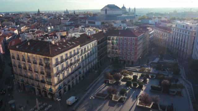 4k |  madrid from high point of view skyline. plaza santo domingo square in foreground and teatro real (opera metro station) and horizon on the foreground. - capitali internazionali video stock e b–roll