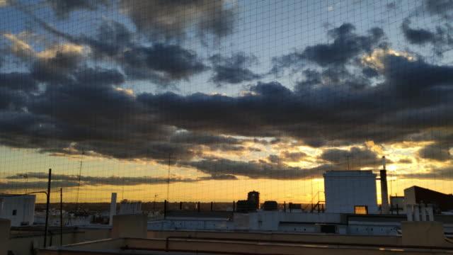 煙が出る煙突で冬の夕暮れ時のマドリード屋上 - 網状点の映像素材/bロール