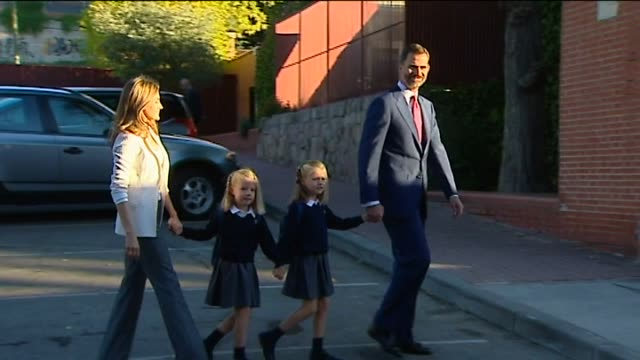 vídeos y material grabado en eventos de stock de madrid sept 14 spanish crown prince felipe and his wife letizia arrived hand in hand on friday with their daughters leonor and sofia for the first... - reina persona de la realeza