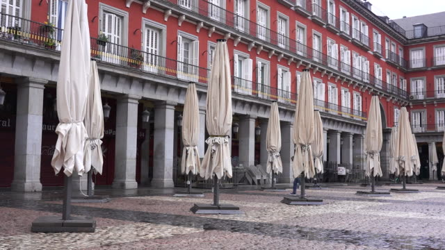 madrid, spain on monday, march 16, 2020. the streets are empty and terraces closed in the central city because of the coronavirus lockdown. - städtischer platz stock-videos und b-roll-filmmaterial