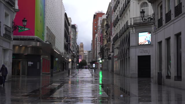 vídeos y material grabado en eventos de stock de madrid, spain on monday, march 16, 2020. the streets are empty and terraces closed in the central city because of the coronavirus lockdown. - vacío