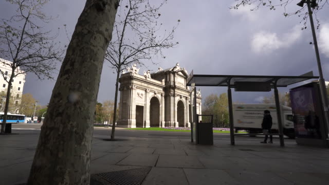 vídeos de stock e filmes b-roll de madrid spain on monday march 16 2020 the streets are empty and terraces closed in the central city including around puerta de alcala and cibeles... - deserto