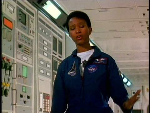 stockvideo's en b-roll-footage met mae jemison the first africanamerican woman astronaut talking to the camera/ texas/ audio - 1991