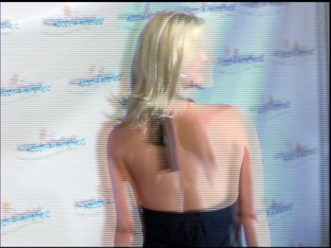 vídeos de stock e filmes b-roll de maeve quinlan at the 3rd annual adoptaminefield benefit gala at the beverly hilton in beverly hills california on september 23 2003 - maeve quinlan