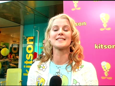 vídeos de stock e filmes b-roll de maeve quinlan on her participation with the event being a natural blonde and on tweety's comeback at the launch of 'tweety' collection by warner... - maeve quinlan