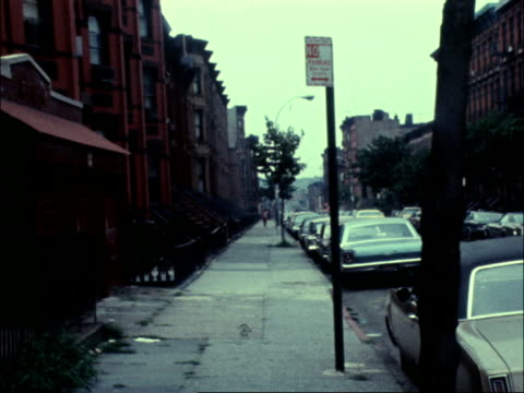 vídeos de stock, filmes e b-roll de new york city brooklyn president street ext ms sidewalk pull av sign president street pull out to church building and street ms another sign... - brooklyn new york