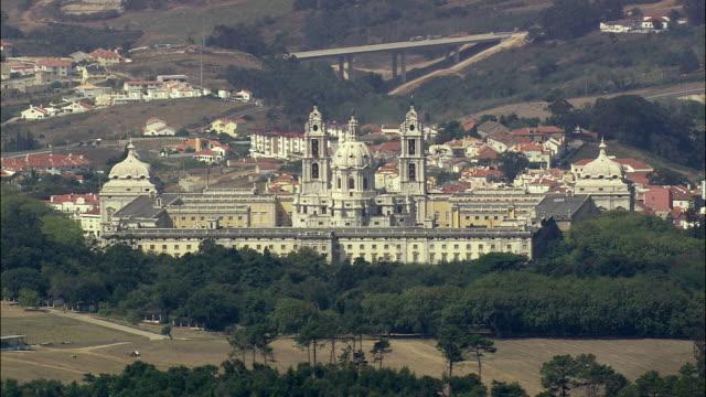 stockvideo's en b-roll-footage met aerial ws mafra national palace / mafra, lisbon, portugal - 18e eeuwse stijl