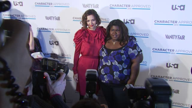 vídeos y material grabado en eventos de stock de maggie gyllenhaal and gabourey sidibe at the 2nd annual character approved awards cocktail reception at new york ny - aprobado