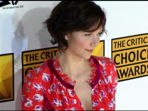 maggie gyllenhaal and peter saragaard at the 2005 critics' choice awards at the wiltern theater in los angeles, california on january 10, 2005. - wiltern theater stock videos & royalty-free footage