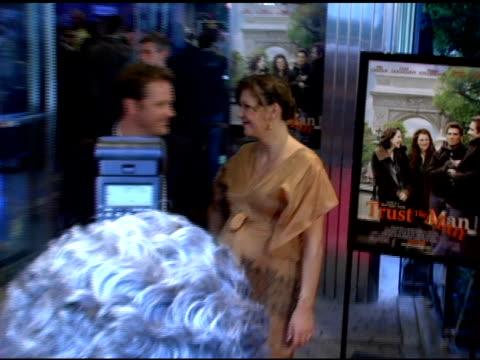 vídeos y material grabado en eventos de stock de maggie gyllenhaal and peter sarsgaard at the 'trust the man' new york premiere at chelsea west cinemas in new york, new york on august 7, 2006. - peter sarsgaard