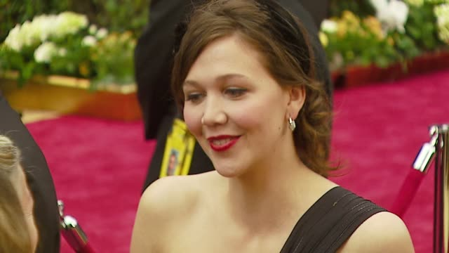 maggie gyllenhaal at the 2007 academy awards arrivals at the kodak theatre in hollywood, california on february 25, 2007. - 後ろで束ねた髪点の映像素材/bロール