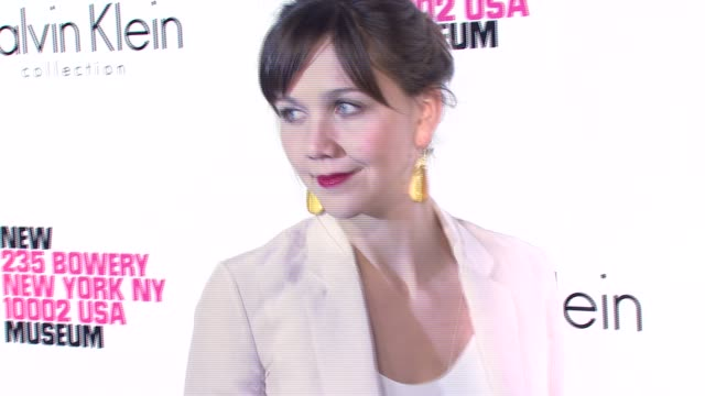 vidéos et rushes de maggie gyllenhaal at the grand reopening celebration of the new museum co-hosted by calvin klein at the new museum on the bowery in new york, new... - museum