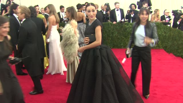 "vídeos de stock e filmes b-roll de maggie q at ""charles james: beyond fashion"" costume institute gala - arrivals at the metropolitan museum on may 05, 2014 in new york city. - vestido preto"