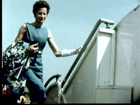 vídeos de stock e filmes b-roll de 6-1/2 magic hours, part 6 of 14 - 1958