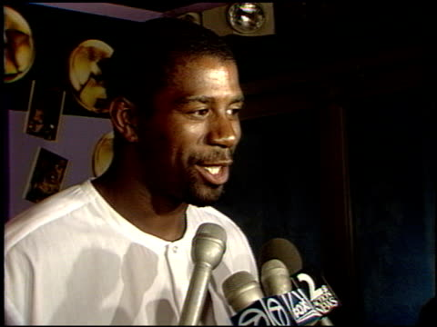 magic johnson at the laker video 'back to back' premiere at roxy in west hollywood, california on january 1, 1988. - マジック・ジョンソン点の映像素材/bロール