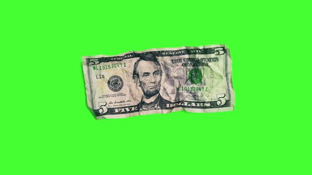 vídeos y material grabado en eventos de stock de dinero mágico: billete de $1 dólar se convierte en billete de $5 dólares en chroma key - arrugado