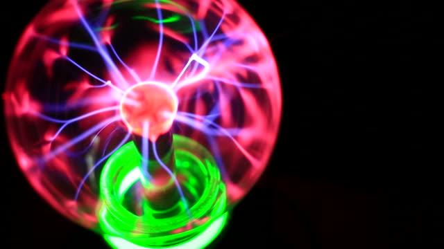 vídeos de stock, filmes e b-roll de bola de plasma mágica no escuro: ciência - plasma