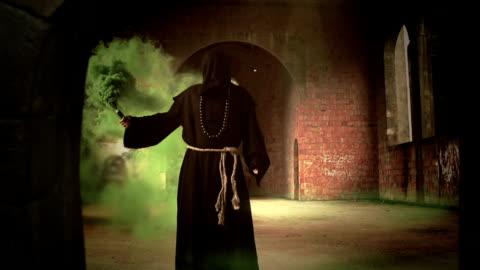 vídeos de stock, filmes e b-roll de magic feiticeiro - truque de mágica