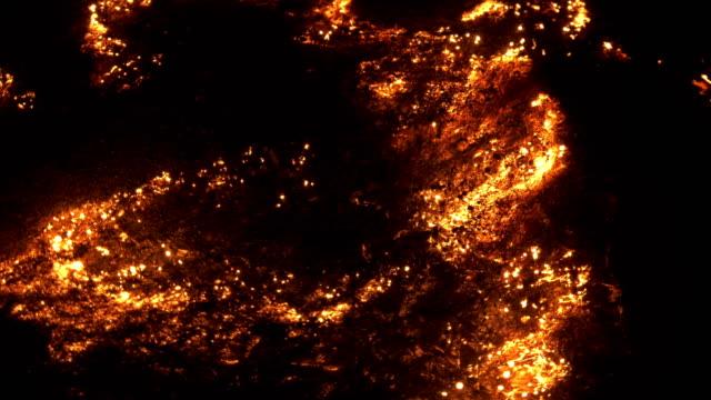 vídeos de stock, filmes e b-roll de faíscas mágicas que movem-se na lã de aço ardente - inferno fogo