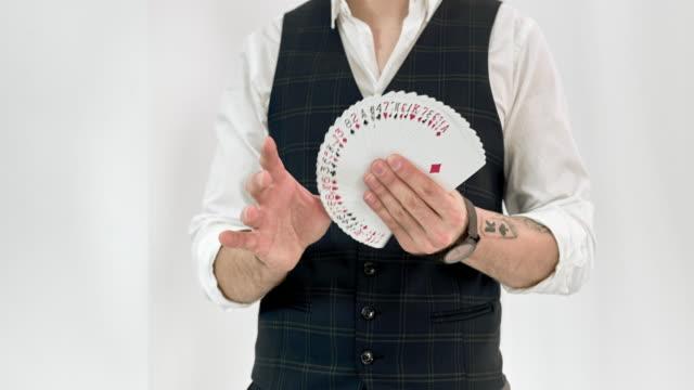 マジシャンイリュージョニストがカードトリックを実行 - 手品点の映像素材/bロール