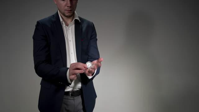 vidéos et rushes de magicien affichant un tour magique - personnes masculines