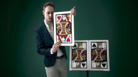 vídeos de stock, filmes e b-roll de mágico mostrando um truque de mágica - truque de mágica