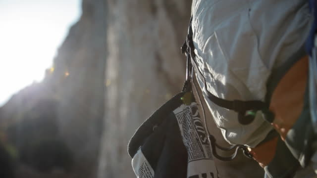 c/u magnesium bag and hands, rock climbing - felsklettern stock-videos und b-roll-filmmaterial