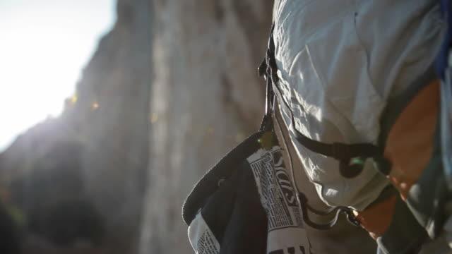 vídeos y material grabado en eventos de stock de c/u magnesium bag and hands, rock climbing - magnesio