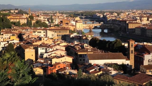vídeos de stock, filmes e b-roll de magnificent elevated city view of florence the ponte vecchio bridge, arno river, florence, italy - ponto de observação