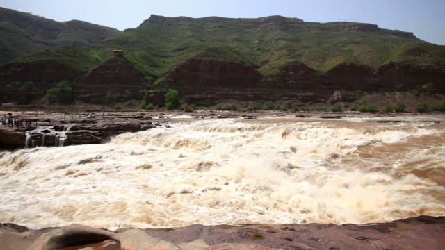 vídeos de stock e filmes b-roll de magnífico de hukou sobre o rio amarelo - pessoas ao fundo