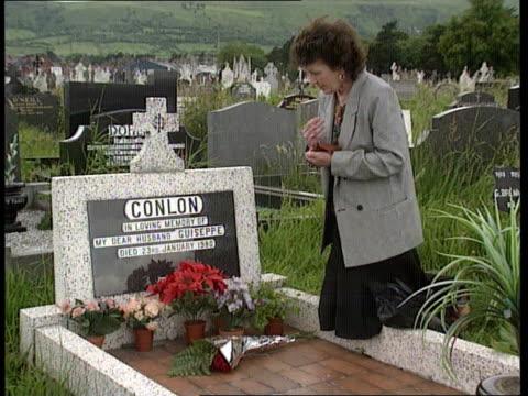 vidéos et rushes de maguire seven; northern sarah conlon ) itn ireland kneeling by her husband's grave ) belfast cms sarah conlon ) milltown cms guiseppe conlon's grave... - belfast