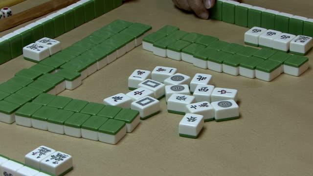 mahjongg-tisch und spieler - um geld spielen stock-videos und b-roll-filmmaterial