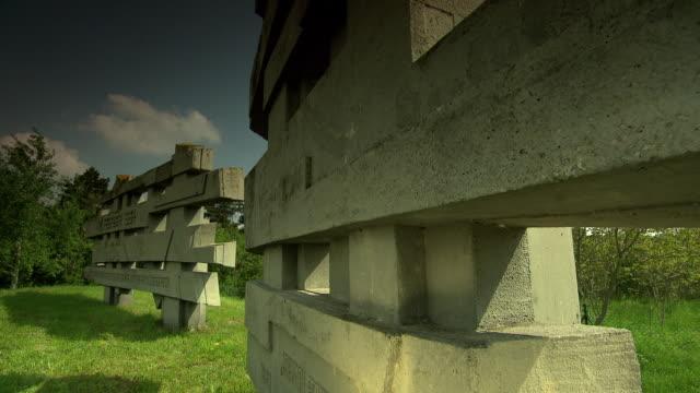 mahnmal wöllersdorf - austrian civil war memorial in wöllersdorf 04 - autorität stock-videos und b-roll-filmmaterial