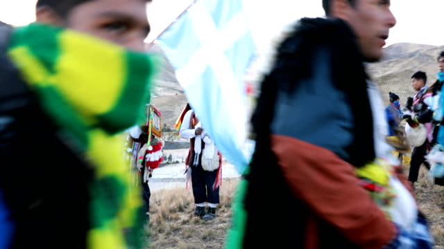 vídeos de stock e filmes b-roll de mahuayani wait for sunrise on the final day of the annual qoyllur rit'i festival on may 30, 2018 in mahuayani, peru. every year, since 1783 in the... - 18 19 years