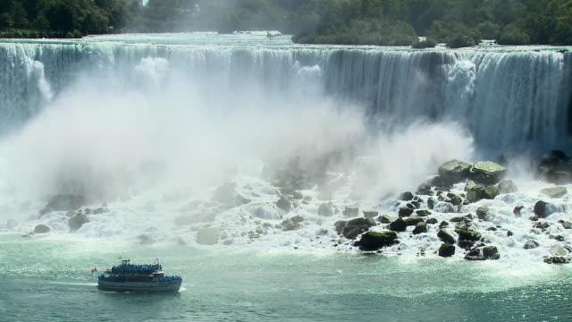 vídeos de stock e filmes b-roll de ws, ha, maid of the mist passing along niagara falls (american part), new york, usa - barco de passeio maid of the mist