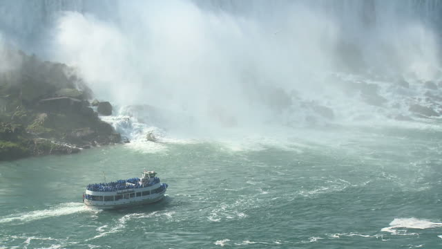 vídeos de stock e filmes b-roll de hd: maid of the mist nevoeiro misterioso - barco de passeio maid of the mist