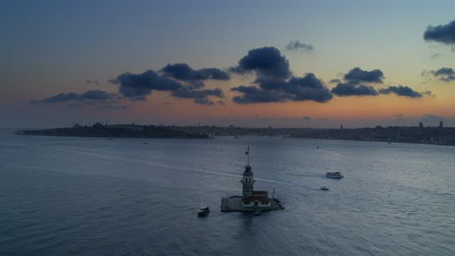 vídeos de stock, filmes e b-roll de maiden's tower em istambul - turquia