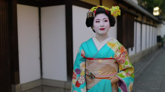 maiko apprentice geisha walking on traditional street in gion, kyoto - kimono stock videos & royalty-free footage