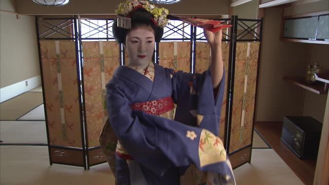 ms maiko dancing with fan, kyoto, japan - 女性ダンサー点の映像素材/bロール