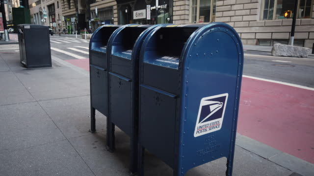 vidéos et rushes de mail box on broadway filmed during 2020 re-election and coronavirus pandemic. nyc yellow taxi cab driving by in the background. - united states postal service