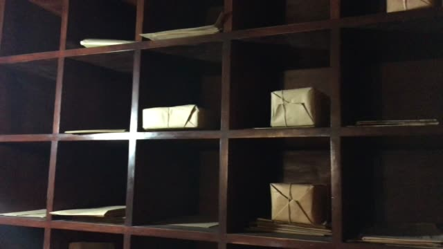 stockvideo's en b-roll-footage met mail sorting office station with parcels - brievenbus huis