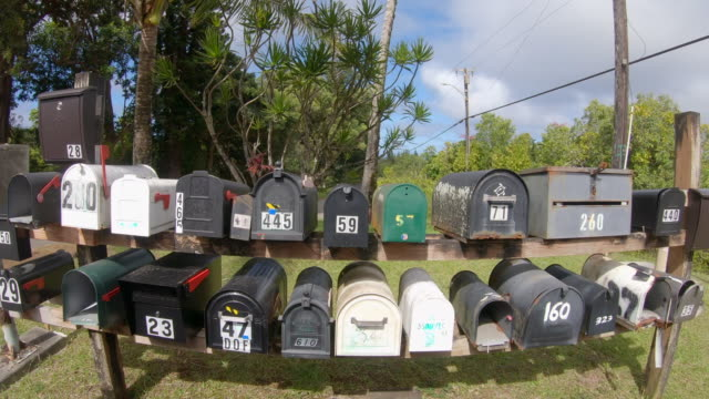 vídeos de stock e filmes b-roll de mailboxes in maui, hawaii. - slow motion - letterbox