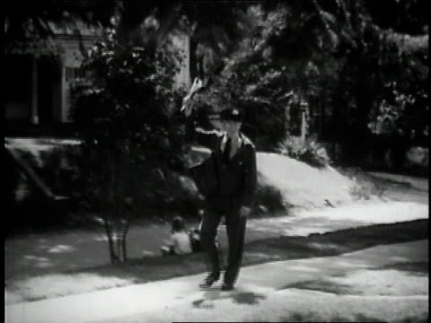 vidéos et rushes de 1957 montage mailman delivering mail / united states - facteur