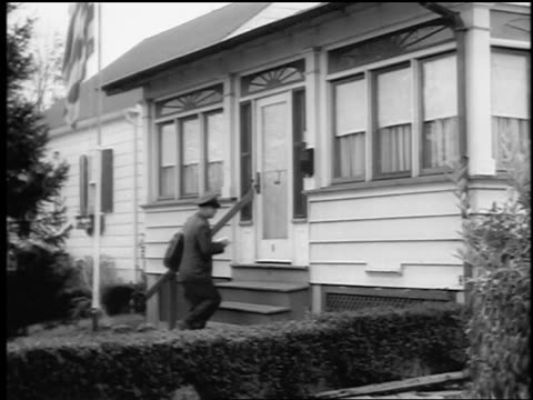 vidéos et rushes de b/w 1943/44 mailman walks up to house as woman opens door / springfield, nj / newsreel - facteur