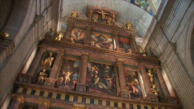 ws la td tu main altar in el escorial palace, northwest of madrid, spain - religiöse darstellung stock-videos und b-roll-filmmaterial